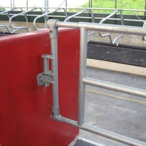 img-6009-accessories-partition-barriers-universal-locking-point-spinder-dairy-housing-systems